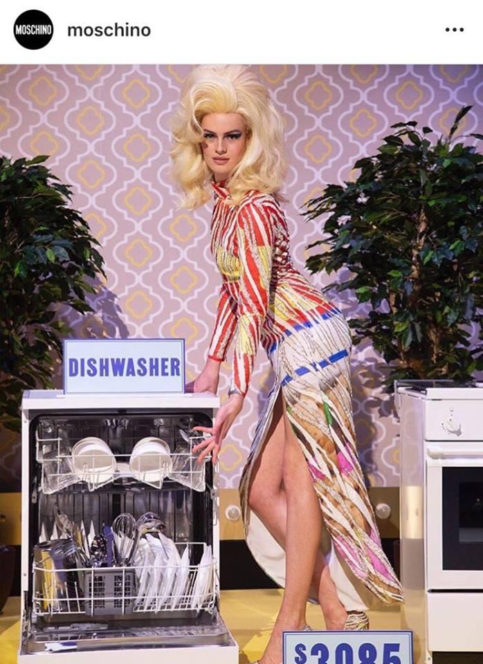 6b371b4be4650b Lo spettacolo di Moschino alla Milano Fashion Week 2019 è stato uno dei più  entusiasmanti: sulla passerella scenografie vintage e lusso sfrenato, ...