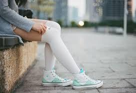vestiti con sneakers